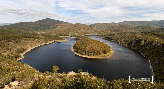 El río Alagón a su paso por el Meandro del Melero (Sotoserrano, Salamanca) desde el mirador de La Antigua (Cáceres. Extremadura). España. © Javier Prieto Gallego