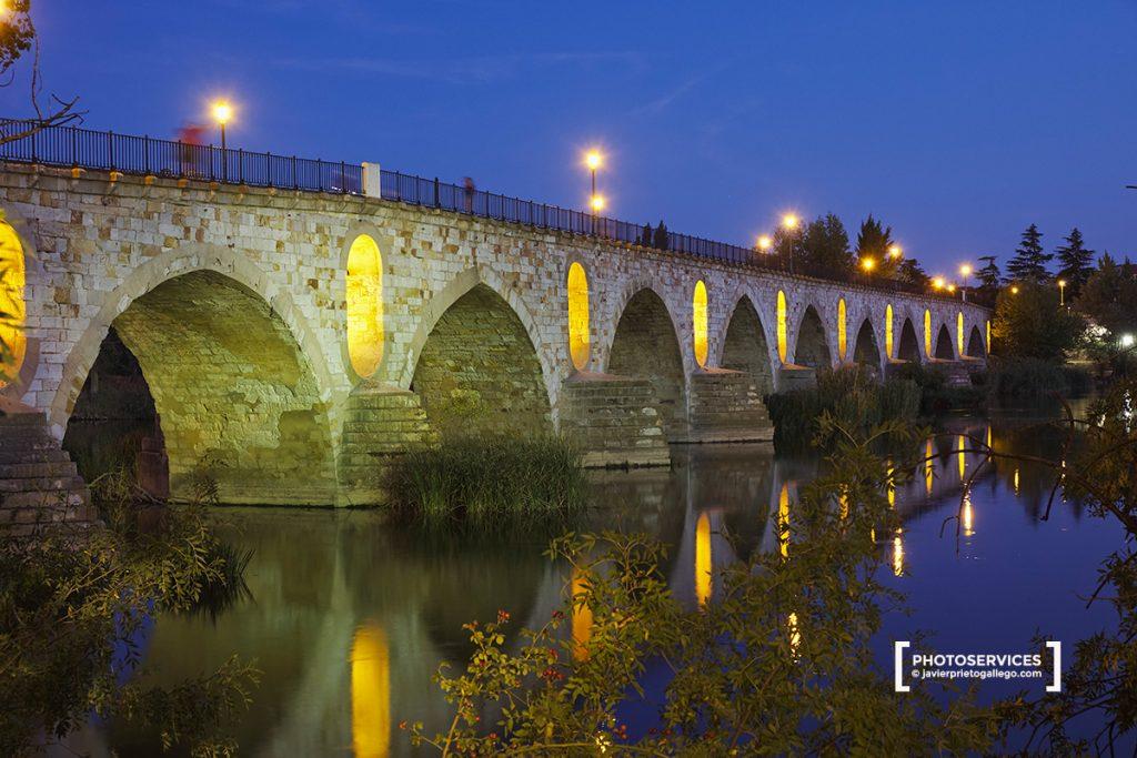Puente de Piedra al anochecer. Paseo fluvial del Duero. Zamora. Castilla y León. España. © Javier Prieto Gallego