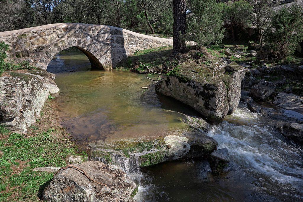 Puente Chico sobre el arroyo de La Cerca cerca de La Adrada. Sierra de Gredos. Valle del Tiétar. Ávila.Castilla y León. España. © Javier Prieto Gallego