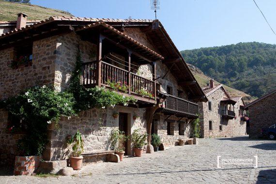 Bárcena Mayor es uno de los pueblos más visitados de la montaña cántabra. Parque Natural Saja-Nansa. Cantabria. España © Javier Prieto Gallego