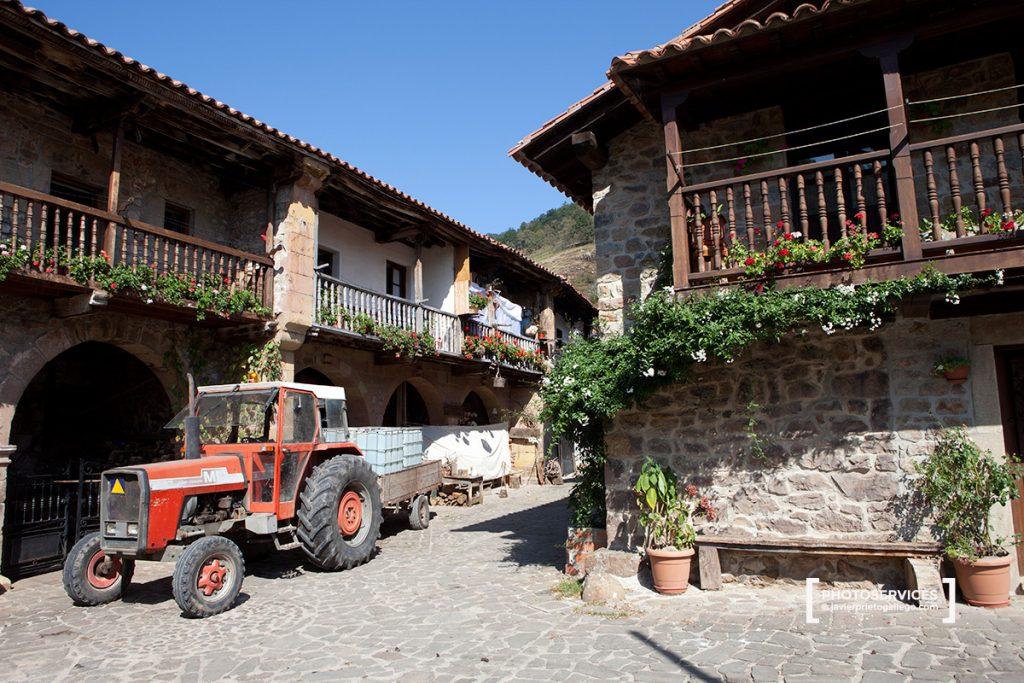 En la localidad de Bárcena Mayor abundan los ejemplos de arquitectura tradicional montañesa. Parque Natural Saja-Nansa. Cantabria. España © Javier Prieto Gallego