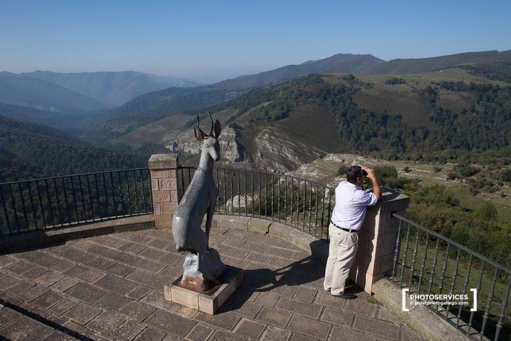 Desde el mirador del Corzo, en el puerto de Palombera, se contempla el arranque del valle de Cabuérniga y el alto Saja. Parque Natural Saja-Nansa. Cantabria. España © Javier Prieto Gallego