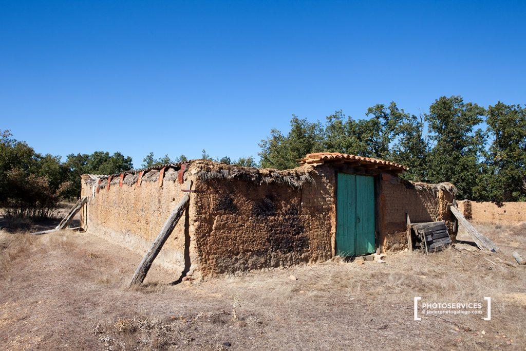 Un viejo corral de adobe y paredes apuntaladas en el interior del monte de San Pedro de Ceque. Zamora. Castilla y León. España © Javier Prieto Gallego
