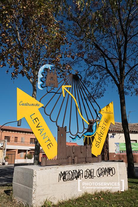 Monumento que indica la separación de los caminos a Santiago del Sureste y de Levante frente a la iglesia de Santiago en Medina del Campo. Valladolid. Castilla y León. España © Javier Prieto Gallego;