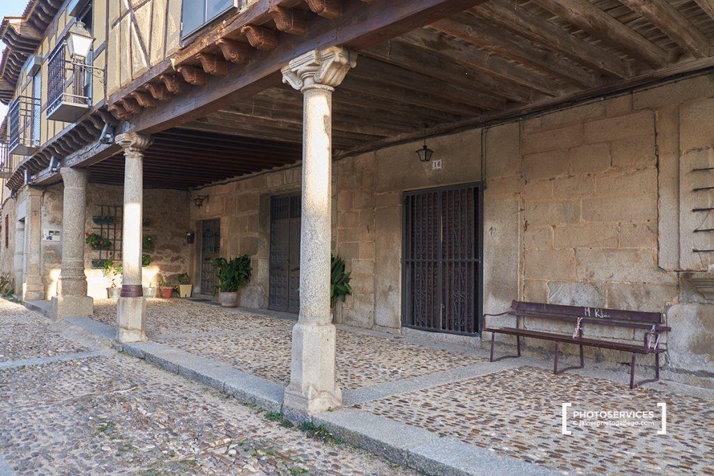 Soportales en la plaza Mayor de Bonilla de la Sierra. Valle del Corneja. Ávila. Castilla y León. España. © Javier Prieto Gallego