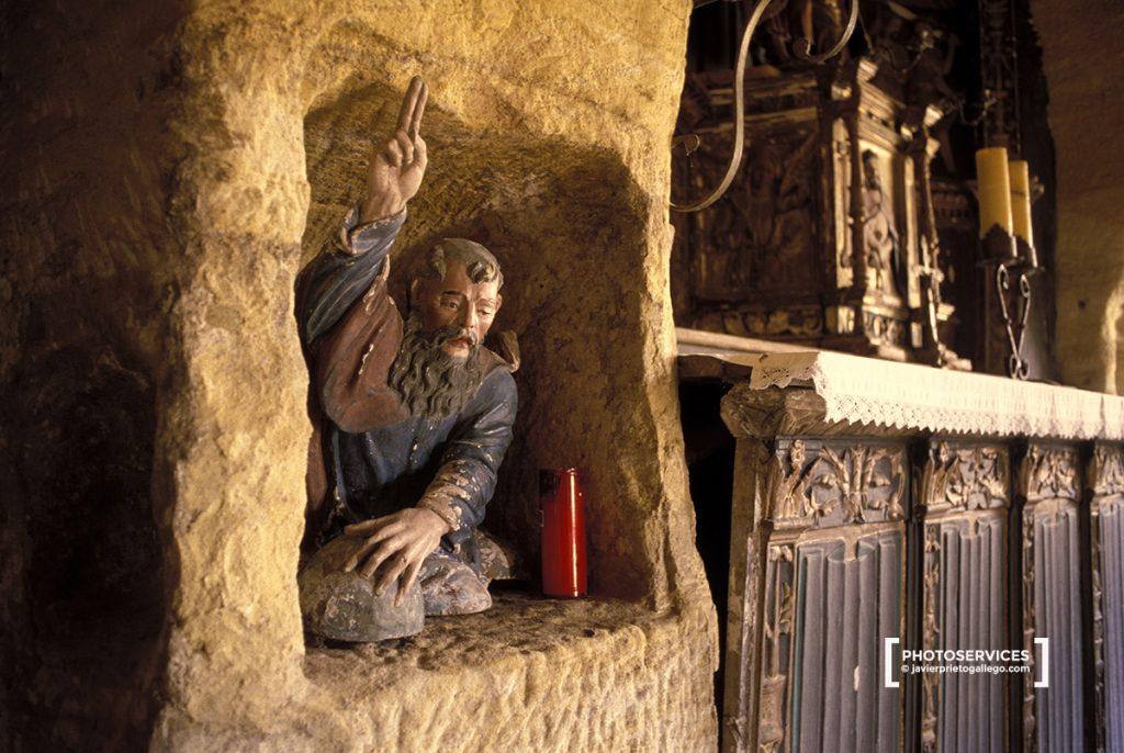 Pequeño altar en la ermita rupestre de Olleros de Pisuergar. Montaña Palentina. Palencia. Castilla y León. España. © Javier Prieto Gallego