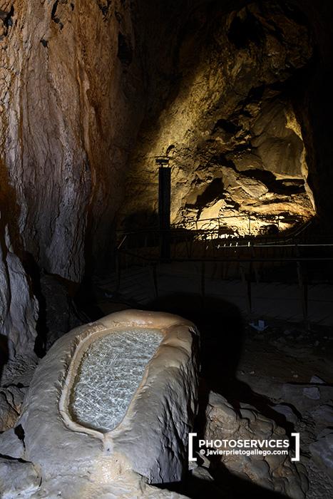 Pila del Santo. Interior de la Cueva de Ojo Guareña. Merindad de Sotosocueva. Valle de San Bernabé. Burgos. Castilla y León. España. © Javier Prieto Gallego